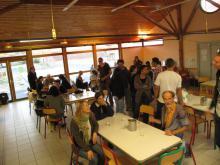 photo de la salle principale pendant un repas