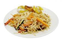 photo d'un plat de nouilles aux légumes sautés végane